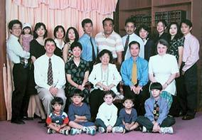 Китайская семейная фотография. В семье двое европейцев и один индус. Китайцы не противятся смешанным бракам.